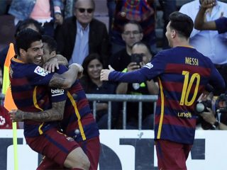 luis-suarez-celebra-uno-sus-goles-con-alves-messi-granada-barcelona-1463241980129