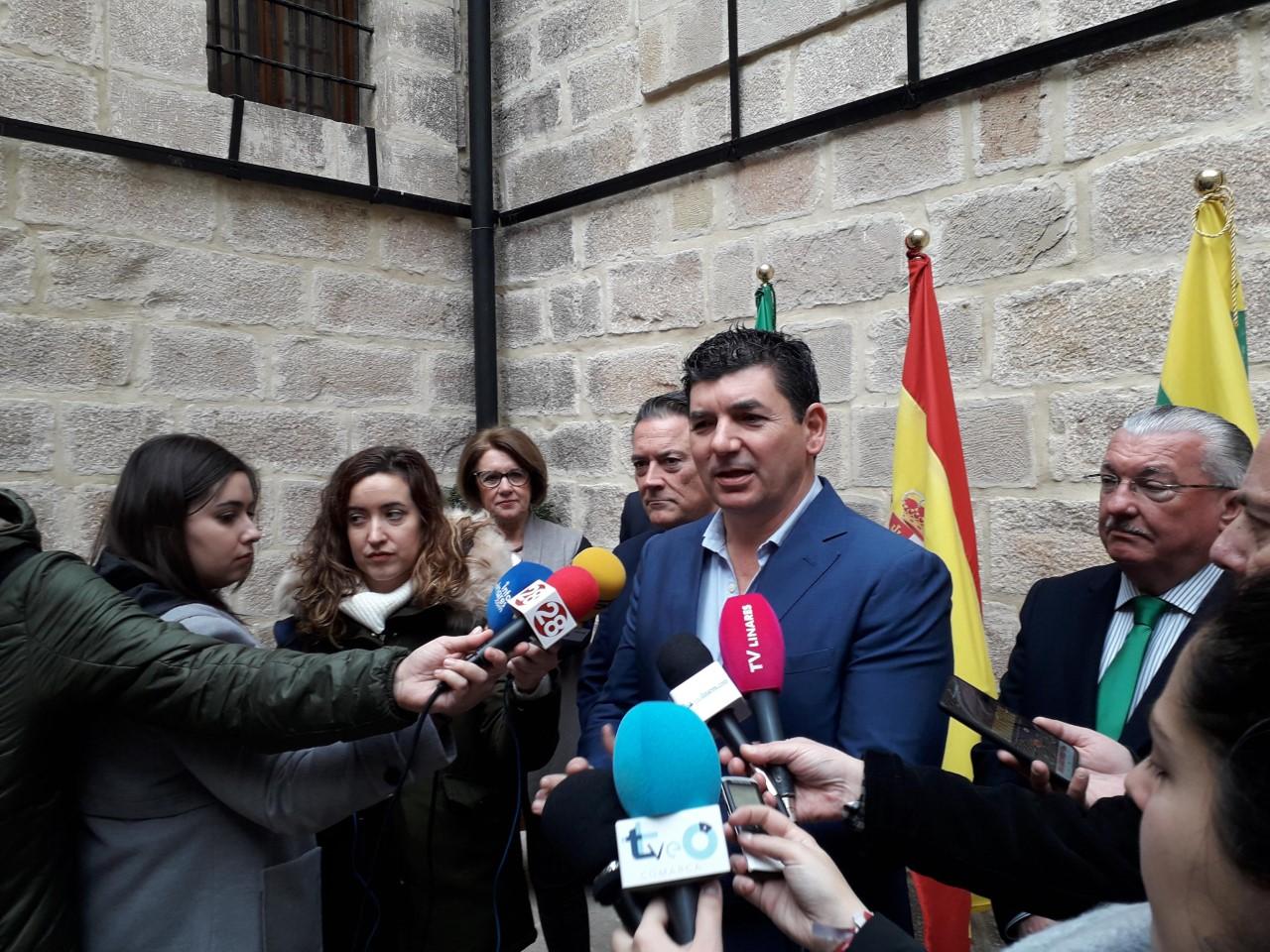 Francisco García atendiendo a los medios que acudimos al acto.